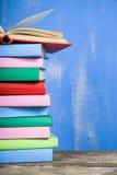 Стог книг на голубой предпосылке Стоковое Изображение