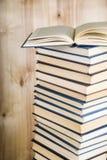 Стог книг на деревянной предпосылке Стоковые Фотографии RF