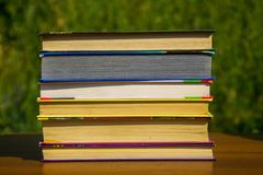 Стог книг на деревянном столе внешнем Стоковое Фото