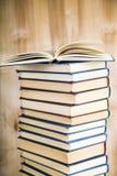 Стог книг на деревянной предпосылке Стоковое Изображение RF