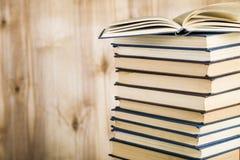 Стог книг на деревянной предпосылке Стоковые Изображения RF