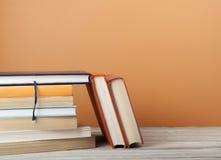 Стог книг на деревянном столе Предпосылка образования задняя школа к Стоковые Фото