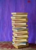 Стог книг на grungy предпосылке Стоковая Фотография RF