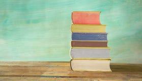 Стог книг против grungy предпосылки, Стоковая Фотография RF