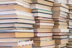 Стог книг с красочными крышками Библиотека или bookstore Книги или учебники Образование и чтение стоковая фотография rf