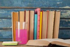 Стог книг, химического beaker и липких примечаний Стоковая Фотография RF