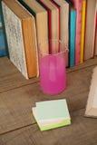 Стог книг, химического beaker и липких примечаний Стоковые Изображения