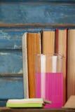 Стог книг, химического beaker и липких примечаний Стоковое фото RF