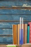 Стог книг, химической пробирки и липких примечаний Стоковая Фотография RF