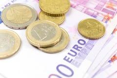 Стог конца-вверх банкнот и монеток евро 500 банкнот евро стоковая фотография rf