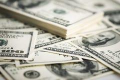 Стог 100 концов-вверх долларовых банкнот. Стоковая Фотография