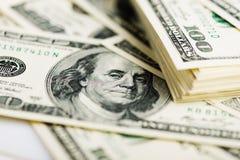 Стог 100 концов-вверх долларовых банкнот Стоковое Фото