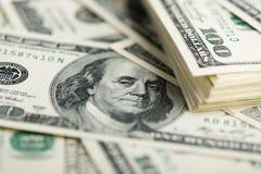 Стог 100 концов-вверх долларовых банкнот Стоковые Изображения