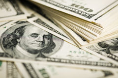 Стог 100 концов-вверх долларовых банкнот Стоковая Фотография RF