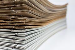Стог коричневого цвета и белой бумаги Стоковые Изображения RF