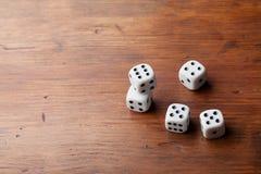 Стог кости на деревенском деревянном столе Играя в азартные игры приборы Концепция случайной игры Скопируйте космос для текста Стоковое фото RF