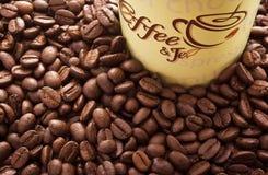 Стог кофейного зерна и бумажного стаканчика. Стоковые Изображения RF