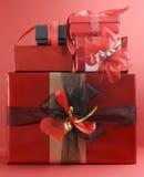 Стог красивейших подарков настоящего момента красного цвета темы влюбленности Стоковые Изображения RF