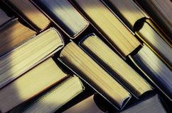 стог красочных книг в библиотеке Стоковые Изображения RF