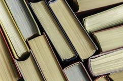 стог красочных книг в библиотеке Стоковое Изображение