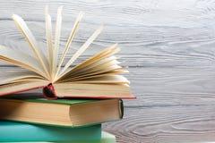 Стог красочных книг на деревянном столе задняя школа к скопируйте космос Стоковое фото RF