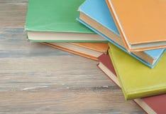 Стог красочных книг на деревянном столе, космосе бесплатной копии задняя школа к Предпосылка образования Взгляд сверху Стоковые Фото