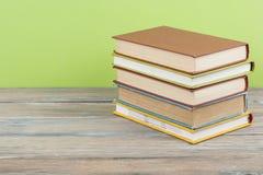 Стог красочных книг на деревянном столе, космосе бесплатной копии задняя школа к Предпосылка образования Стоковое Фото