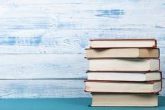 Стог красочных книг на художнической деревянной предпосылке Космос бесплатной копии задняя школа к Стоковое Изображение