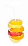 Стог кусков апельсина, лимона, груши и яблока с соком c соломы стоковое изображение rf