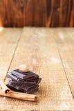 Стог кусков шоколада с гайкой и циннамоном на деревянном tabl Стоковые Изображения RF