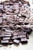 Стог кусков шоколада с лист мяты темный шоколад над wo Стоковые Изображения
