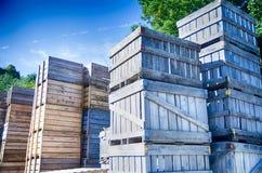Стог клетей коробок плодоовощ сидит вне склада Стоковые Изображения