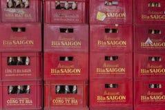 Стог клетей с пивными бутылками 'Сайгона' Стоковые Изображения RF
