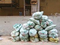 Стог мешков с песком для рабочий-строителя для того чтобы построить стену Стоковые Изображения