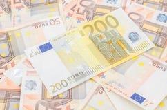 Стог много 50 одного евро 200 банкноты евро и стоковые изображения