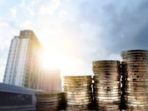 Стог монетки денег с на запачканной строя предпосылкой финансовохозяйственно стоковые изображения