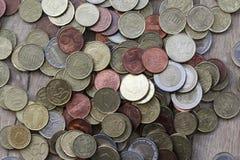 Стог монеток евро на деревянной предпосылке стоковые изображения rf