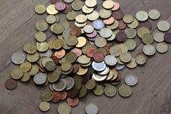 Стог монеток евро на деревянной предпосылке стоковые изображения