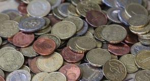 Стог монеток евро на деревянной предпосылке стоковая фотография