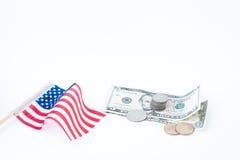 Стог монеток и доллары счета с США сигнализируют на белизне, деле Стоковые Фото