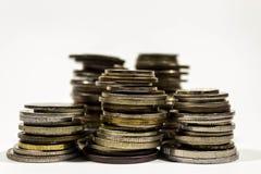 Стог монеток на белой предпосылке Изолированные стога монеток Стоковые Изображения