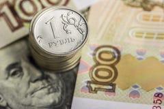 Стог монеток на предпосылке русских денег Стоковые Фотографии RF