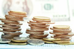 Стог монеток на bookbank Стоковое Изображение RF