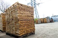 Стог новых деревянных доск и стержней на лесном складе Деревянный Стоковое Изображение RF