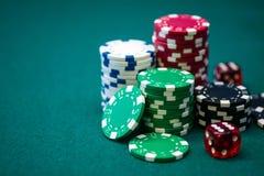 Стог обломоков покера на зеленой таблице Стоковое Изображение