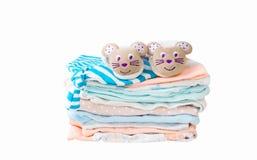 Стог одежд ` s детей изолированных на белой предпосылке стоковые фото