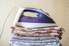 Стог одеял простынь ткани с утюгом на верхнем f стоковые фото