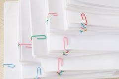 Стог документа перегрузки и деревянного стола отчет о Стоковое Изображение