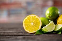 Стог отрезанных цитрусовых фруктов Лимоны и известки Стоковое фото RF