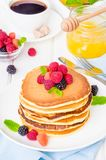 Стог очень вкусных американских блинчиков с ягодами на завтрак стоковые фото